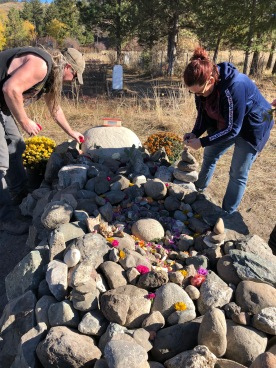 We decorated the cairn with the petals of the flowers.